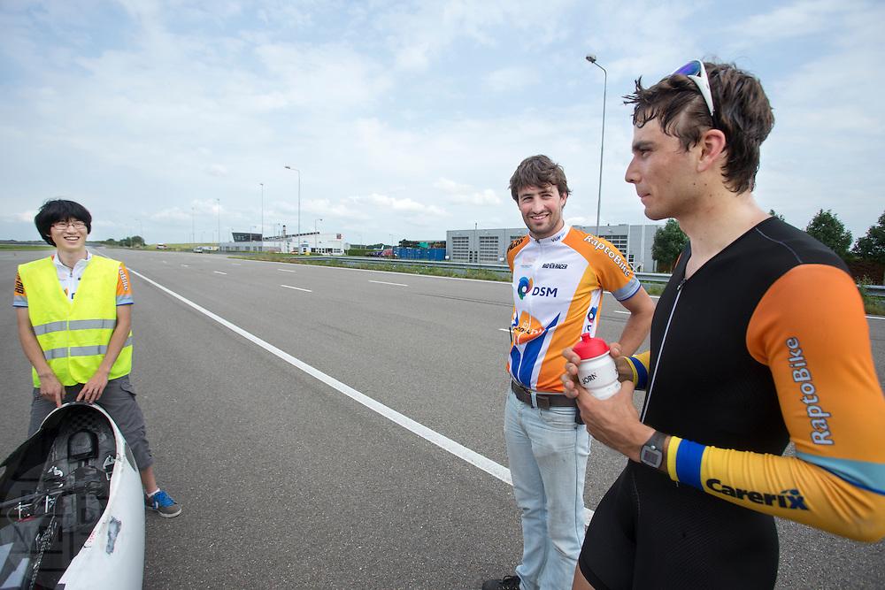 Sebastiaan Bowier (rechts) praat met Paul Denissen (midden) en Eduard na afloop van de testrit. Het Human Power Team Delft en Amsterdam (HPT) traint op de RDW baan in Lelystad met de VeloX2 voor de recordpoging in september. Het HPT hoopt dan in Amerika meer dan 133 km/h te rijden over 200 meter.<br /> <br /> Sebastiaan Boiwer (right) is discussing the test run with team captain Paul Denissen (center) and Eduard. Human Powered Team Delft and Amsterdam (HPT) is training at the RDW test track in Lelystad with the VeloX2 for the record attempt in september.