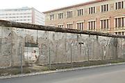 La sezione del Muro di Berlino che costeggia il museo 'Topografia del Terrore', dove durante il periodo Nazista sorgevano gli edifici del quartier generale della Gestapo e delle SS. Berlino, Germania, 1 ottobre 2014. Guido Montani / OneShot<br /> A segment of the Berlin Wall next to the 'Topography of Terror' museum, where during the Nazi period where the headquarters of Gestapo and SS. Berlin, Germany, 1 october 2014. Guido Montani / OneShot
