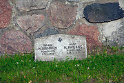 Węgorzewo, cmentarz wojenny z lat 1914-1918. Cmentarz powstał w 1917 roku, aby uczcić pamięć żołnierzy, którzy polegli w I wojnie światowej. Pochowano na nim 344 żołnierzy niemieckich i 234 żołnierzy rosyjskich. Na podwyższonym tarasie w samym centrum cmentarza znajduje się wysoki drewniany krzyż, który ufundowała rodzina Lehndorff.