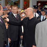 NLD/Amsterdam/20060626 - Premiere Over the Edge, Bruce Willis deelt handtekeningen uit