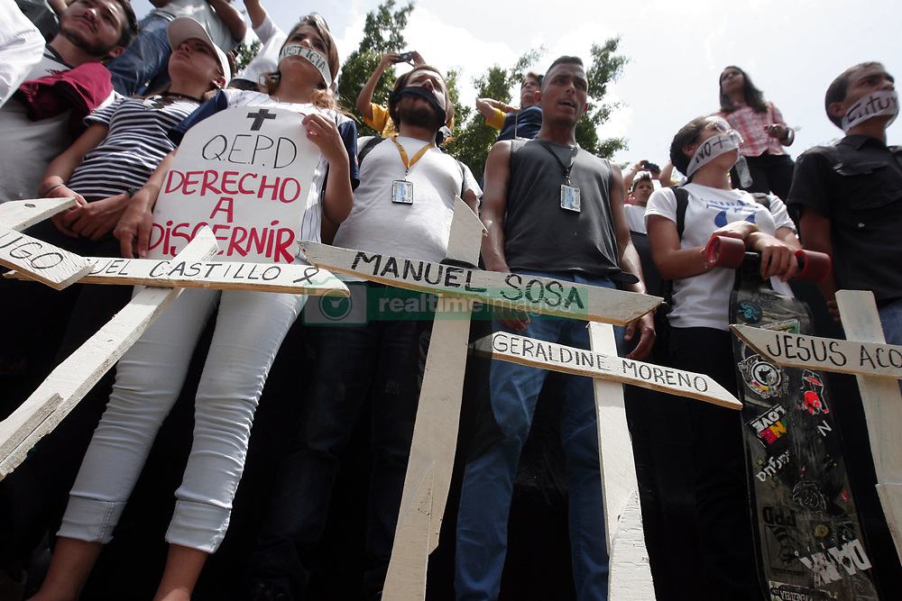 May 27, 2017 - Valencia, Carabobo, Venezuela - Students, professionals, civil society, political parties and journalists. They concentrated on the Guaparo dome to commemorate the 10 years of the closing of the television channel Radio Caracas, RCTV. The concentration was realized in several cities, the photos correspond to Valencia, Carabobo state. Photo: Juan Carlos Hernandez (Credit Image: © Juan Carlos Hernandez via ZUMA Wire)