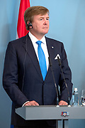 Koning Willem Alexander brengt een staatsbezoek aan de Republiek Letland. ///  King Willem Alexander makes a state visit to the Republic of Latvia.<br /> <br /> Op de foto / On the photo: Koning Willem Alexander en Renars Vejonis, president van Letland geven een Korte persverklaringen in de Blue Foyer ///  King Willem Alexander and Renars Vejonis, president of Latvia, give a brief press release in the Blue Foyer