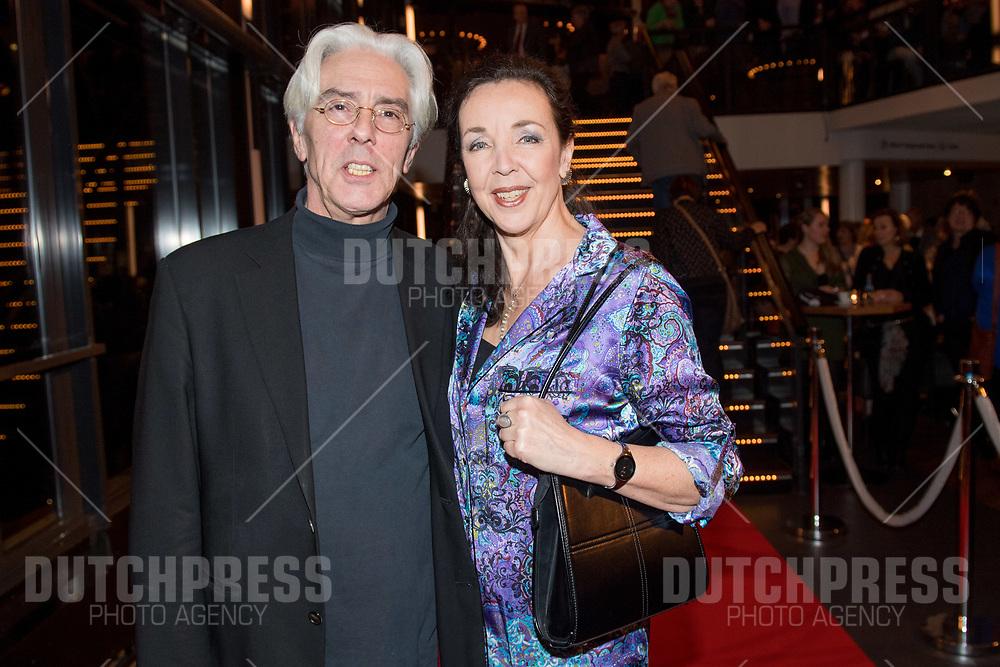Frederique Sluyterman van Loo en partner Eric Brey tijdens de premiere van Karin Bloemen Souvenirs in het Zaantheater in Zaandam.