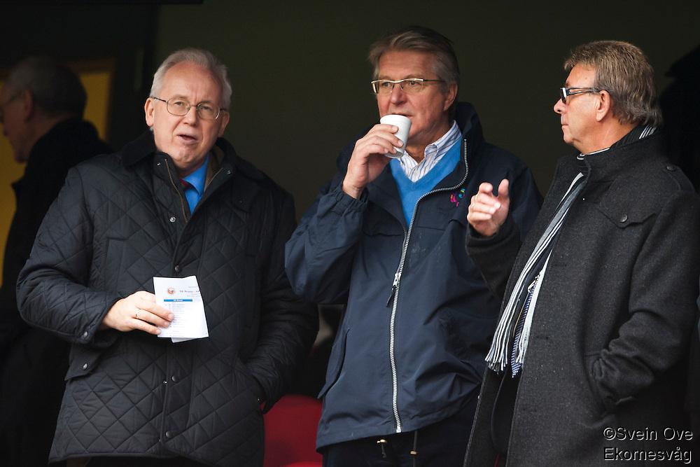 Fabian Stang (midten) og Arne Aambakk (t.h.) på tribunen under cupfinalen i fotball for menn mellom Brann og Aalesund på Ullevaal Stadion i Oslo søndag ettermiddag.