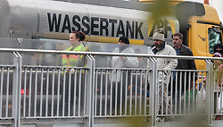 25.09.2015, Grenzübergang, Freilassing, AUT, Fluechtlingskrise in der EU, im Bild Flüchtlinge an der Grenze zu Österreich, eine Polizistin begleitet sie über die Grenze // a Police Woman bring Migrants from the Austrian Border into Germany. Thousands of refugees fleeing violence and persecution in their own countries continue to make their way toward the EU, border crossing, Freilassing, Germany on 2015/09/25. EXPA Pictures © 2015, PhotoCredit: EXPA/ JFK