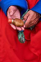 Mongolie, province de Bayankhongor, fêtes traditionnelles de Naadam, groupe d'hommes en deel, costume traditionnel, faisant des salutations avec des tabatières // Mongolia, Bayankhongor province, Naadam, traditional festival, men in deel, traditional costume, presentation of snuffbox for the greeting