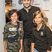 NLD/Haarlem/20190825 - Kledingpresentatie Daley Blind, Daley Blind met kinderen die in zijn kledinglijn campagne zitten