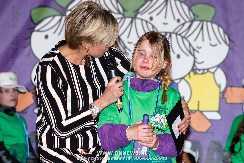 NLD/Almere/20150318 - Nationale Boomplantdag 2015, Prinses Laurentien met huilend meisje, winnares wedstrijd