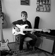 Junger Musikschüler mit Rockgitarre in der Gitarrenstunde. Elève dans cours de guitare. Düdingen. 2004. © Romano P. Riedo
