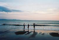 Fishermen at dusk on the Dingle peninsula, Kerry, Ireland. 2009 //<br /> <br /> Trois pêcheurs sur une plage d'Irlande, péninsule de Dingle, Comté du Kerry, Irlande.