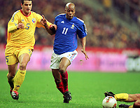 Fotball: Treningskamp, Frankrike mot Romania.<br />13.02.2002. Sylvian Wiltord fra Frankrike og Cristian Chivu fra Romania.<br />Foto: Jean-Marie Hervio, Digitalsport