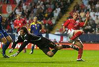 Fotball<br /> Foto: SBI/Digitalsport<br /> NORWAY ONLY<br /> <br /> England v Ukraina<br /> <br /> 18/08/2004. International Friendly<br /> <br /> England's Michael Owen (R) is thwarted by a diving Oleksandr Shovkhovskyy.