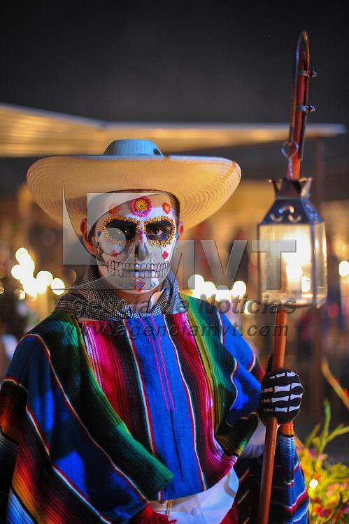 Metepec, Méx.- Una pareja de catrines caminan entre las tumbas durante la tradicional noche de muertos en el panteón de San Jose Chicahualco. Agencia MVT / Mario Vazquez de la Torre.