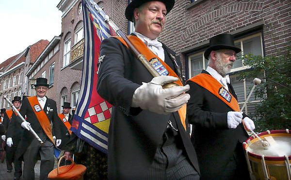 Nederland, Grave, 10-9-2011Leden van de schutterij houden een optocht, omloop door het centrum van dit oude stadje aan de Maas.Zij manifesteren zich tijdens historische evenementen, zoals de vestingdagen, Koninginnedag en bij het jaarlijkse koningschieten.Foto: Flip Franssen/Hollandse Hoogte
