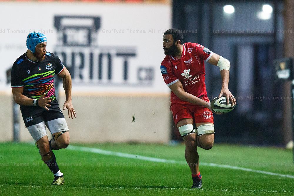 Llanelli, UK. 8 November, 2020.<br /> Scarlets flanker Uzair Cassiem during the Scarlets v Zebre PRO14 Rugby Match.<br /> Credit: Gruffydd Thomas/Alamy Live News