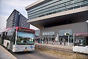 Nederland, Nijmegen, 9-3-2013Leerlingen, scholieren, studenten van de ROC Technovium wachten op een bus van busbedrijf Breng, onderdeel van Hermes. Stadsbus van regiovervoerder Breng rijdt sinds december 2012 op groen gas, biologisch gas wat uit gft afval wordt gewonnen bij o.a. de ARN in Weurt. Openbaar vervoer, busvervoer in de regio Arnhem Nijmegen.Foto: Flip Franssen/Hollandse Hoogte