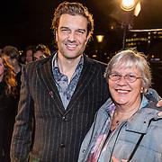 NLD/Amsterdam/20161222 - Première 32ste Wereldkerstcircus, Bas Muijs en zijn moeder