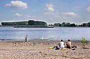 Nederland, Nijmegen, 2-8-2018Warme zomerse dag op de Waalstranden bij Nijmegen,  Het zwemmen in de rivier de waal, rijn, is gevaarlijk vanwege de verraderlijke stroming en de drukke scheepvaart. Door de langdurige droogte is de waterstand laag waardoor de rivier smaller is .Foto: Flip Franssen