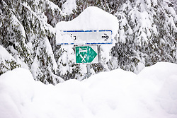 """THEMENBILD - Situation an der L026 Kalser Landesstrasse Beschilderung entlang der Strasse, aufgenommen am Sonntag, 6. Dezember 2020, in Osttirol. Der Winter macht sich in Teilen Österreichs mit enormen Schnee- und Regenmengen bemerkbar. Die anhaltend starken Schneefälle sowie Sturm auf den Bergen haben in Osttirol die Lawinengefahr weiter ansteigen lassen. Der Lawinenwarndienst Tirol gab für Sonntag Stufe """"5"""", also die höchste Gefahrenstufe, aus. // Situation at the L026 Kalser Landesstrasse near Arnig, Road closed due to high avalanche danger, taken on Sunday, December 6, 2020, in East Tyrol. The winter is making itself felt in parts of Austria with enormous amounts of snow and rain. The continuing heavy snowfall and storms on the mountains have further increased the danger of avalanches in East Tyrol. The Avalanche Warning Service Tyrol issued level """"5"""", the highest danger level, for Sunday. EXPA Pictures © 2020, PhotoCredit: EXPA/ Johann Groder"""