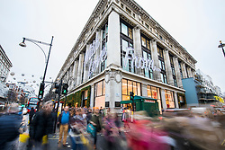 © Licensed to London News Pictures. 21/12/2017. London, UK. Shoppers outside Selfridges on Oxford Street in central London on 'Panic Thursday', shortly before Christmas. Retailers are expecting an extremely busy day. Photo credit: Rob Pinney/LNP