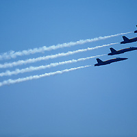 USA, Washington, Seattle, US Navy Blue Angels F/A-18 Hornet jets fly in close formation over Lake Washington