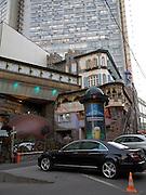 Moskau/Russische Foederation, RUS, 07.05.2008: Restaurant im Kontrast zu einem Plattenbau im Moskauer Stadteil Arbat.<br /> <br /> Moscow/Russian Federation, RUS, 07.05.2008: Restaurant in contrast to a panel house close to the Moscow Arbat street.