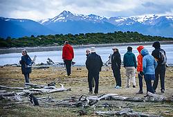 Grupo de turistas visita a Isla Martillo, mais conhecida como Pinguinera, é uma ilha do Canal de Beagle procurada pelos pinguins em seu período de reprodução. FOTO: Jefferson Bernardes/ Agência Preview