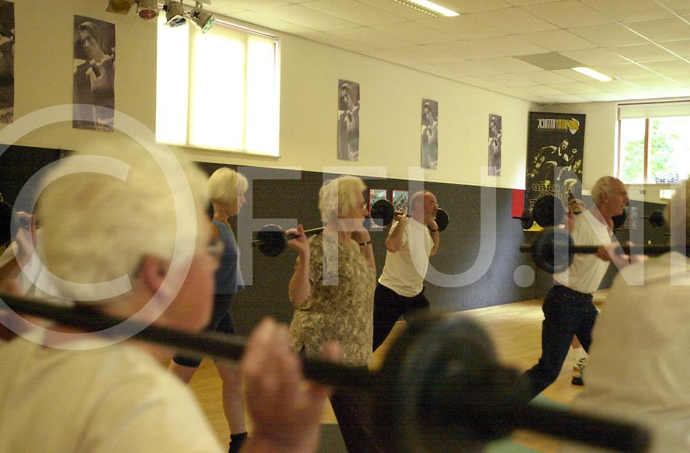 fotografie frank uijlenbroek©2001 frank uijlenbroek.011001 nijverdal ned.Ouderen op bezoek bij Fitcare in teken van de dag van de ouderen..Op foto push training.
