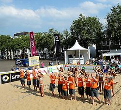17-07-2014 NED: FIVB Grand Slam Beach Volleybal, Apeldoorn<br /> Poule fase groep A mannen - De Amerikanen waren een wedstrijd vrij aangezien de Duitsers geblesseerd afhaakten. Vrij spel dus op het centercourt / crew, ballenmeisjes/jongens, dance girls