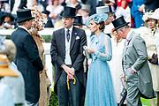 Koning Willem-Alexander en koningin Máxima hebben dinsdag in de koets met koningin Elizabeth en haar zoon prins Andrew deelgenomen aan de 'koninklijke optocht' op de racebaan van Ascot.<br /> <br /> King Willem-Alexander and Queen Máxima took part in the carriage with Queen Elizabeth and her son Prince Andrew on Tuesday in the 'royal parade' on the Ascot race track.<br /> <br /> Op de foto / On the photo: Catherine, hertogin van Cambridge en Prince William, Duke of Cambridge / Catherine, Duchess of Cambridge and Prince William, Duke of Cambridge