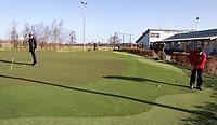 SCHIPLUIDEN - Puttinggreen van kunstgras op Golfbaan Delfland in Schipluiden. FOTO KOEN SUYK