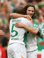 Fotball<br /> Bundesliga Tyskland<br /> Foto: Witters/Digitalsport<br /> NORWAY ONLY<br /> <br /> 21.10.2006<br /> <br /> 2:0 Jubel Torschuetze Pierre Wome, Torsten Frings Bayern<br /> <br /> Bundesliga SV Werder Bremen - FC Bayern München