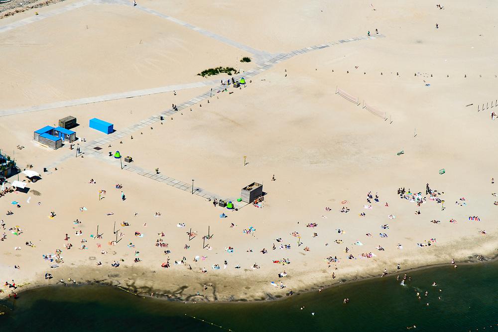 Nederland, Noord-Holland, Amsterdam, 29-06-2018; Blijburg, tijdelijk strand aan de noordzijde van het Haveneiland in IJburg (Amsterdam), eerste fase van het toekomstig Centrumeiland.<br /> Blijburg, temporary beach on the north side of the Haveneiland in IJburg (Amsterdam), first stage of future Center Island.<br /> luchtfoto (toeslag op standard tarieven);<br /> aerial photo (additional fee required);<br /> copyright foto/photo Siebe Swart
