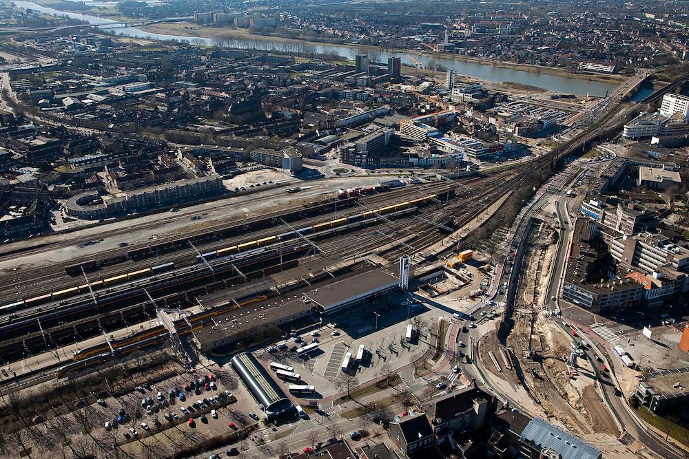 Nederland, Limburg,Venlo, 07-03-2010; Station Venlo met Emplacement Venlo, stationsplein met bussen, rug over de Maas. Logistiek knooppunt. Het spoorwegemplacement wordt intensief gebruikt in verband met de nabijgelegen grensovergang met Duitsland. Het goederenemplacement is een van de drukste en gevaarlijkste van Nederland, onder andere door het vervoer van LPG, chloor en nafta in tankwagens..Station Venlo, logistical hub. The rail yard is extensively because uase of the nearby border with Germany. The freight yard is one of the busiest and most dangerous of the Netherlands, this is caused by the transportation of LPG, naphtha and chlorine in tankers..luchtfoto (toeslag), aerial photo (additional fee required).foto/photo Siebe Swart