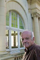 """Retrato do escritor e tradutor Donaldo Schüler, que está lançando uma adaptação infanto-juvenil de um dos livros mais difíceis do mundo, o """"Finnegans Wake"""", de James Joyce, além de uma tradução de """"Edipo Rei"""" direto do grego. Ele é o patrono da 50ª Feira do Livro de Porto Alegre. FOTO: Jefferson Bernardes/Preview.com"""