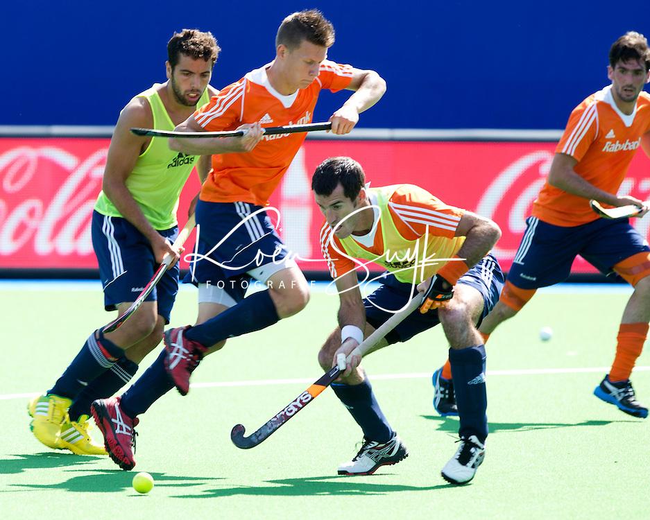 BOOM (Belgie) - Marcel Balkestein (r) met gebroken duim in duel met Jelle Galema. Nederlands mannen hockeyteam  traint vanmiddag aan de vooravond van het Europees kampioenschap hocjkey dat zaterdag in Boom begint. ANP KOEN SUYK