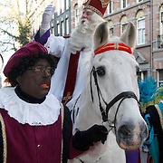 NLD/Amsterdam/20111117 - Inloop Bennie Stout in premiere voor Sinterklaas, aankomst sinterklaas