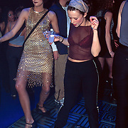 Premiere Studio 54 Amsterdam, 2 dansende dames op disco vloer
