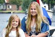 Het koninklijk gezin maakt een vaartocht over de Kagerplassen en poseert op de kade tijdens de jaarlijkse zomerfotosessie.<br /> <br /> The royal family makes a cruise on the Kagerplassen and pose on the quay during the annual summer photography session.<br /> <br /> Op de foto / On the photo:   Princess Amalia, Princess Ariane