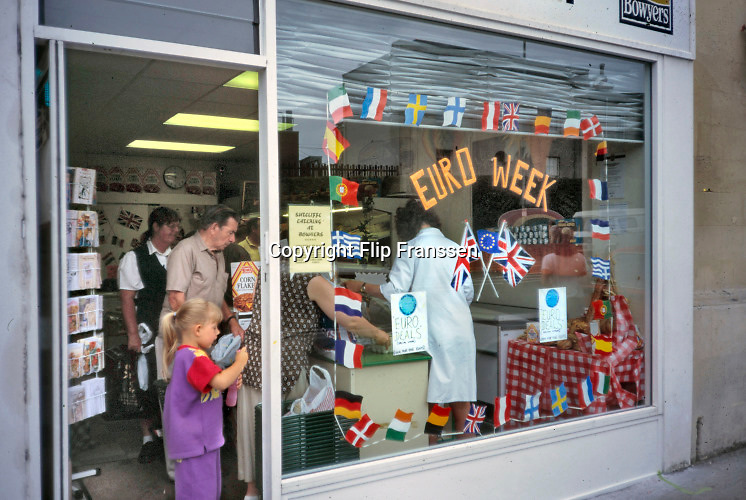 Engeland, Oxford, 25-8-1996Een toen nog enthousiaste pro Europa actie bij een winkelier .  Europese Unie . EU, E.U., Euro-Aktie bij kruidenier, winkel,levensmiddelen,voedsel,prijzen,boodschappen .eenwording europaFoto: Flip Franssen