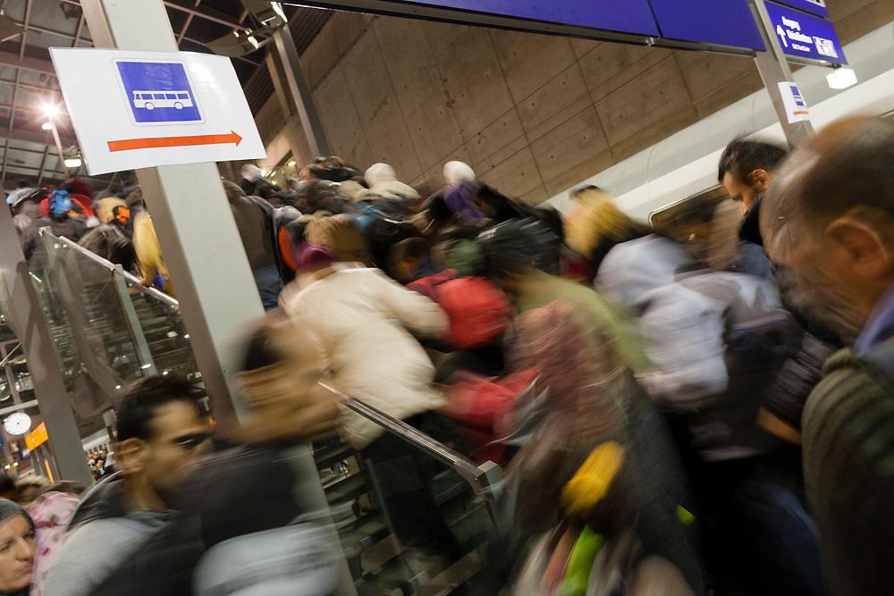 Koeln, DEU, 24.09.2015<br /> <br /> Ankunft eines Sonderzugs aus Salzburg der Deutschen Bahn mit rund 500 Fluechtlingen am Bahnhof des Koeln/Bonner Flughafens. Von hier aus werden die Fluechtlinge, die groesstenteils über die Balkan-Route nach Oesterreich gelangten, auf Erstunterbringungsstellen in Nordrhein-Westfalen verteilt.<br /> <br /> Foto: Bernd Lauter/berndlauter.com