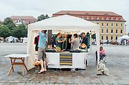 """20.08.2020 Domplatz, Magdeburg, Töpfermarkt, Silke """"Hanne"""" Protzmann, hanne webt.<br /> <br /> Töpfermarkt in Magdeburg.Hanne webt, schon sehr lange, anfangs als Hobby,dann die Gesellenprüfung vor einem Jahr. Seit kurzem ist sie Selbstständig, verkauft ihre Schaals übers Internet oder eben auf regionalen Märkten. Verkauft hat sie ganz gut, hier auf dem Domplatz, jetzt heisst es wieder Hanne muss weben.<br /> <br /> ©Harald Krieg"""