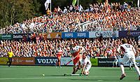 AMSTELVEEN -  Seve van Ass (Ned) met Manu Stockbroekx (Bel.) voor volle tribunes tijdens  de finale (heren) Belgie-Nederland (2-4) bij de Rabo EuroHockey Championships 2017.   COPYRIGHT KOEN SUYK