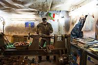 Iran, Isfahan, 29.08.2016: Ein Kupferschmied bei der Arbeit in einer Werkstatt, Basar in Isfahan. Provinz Isfahan, Esfahan, Zentral-Iran.