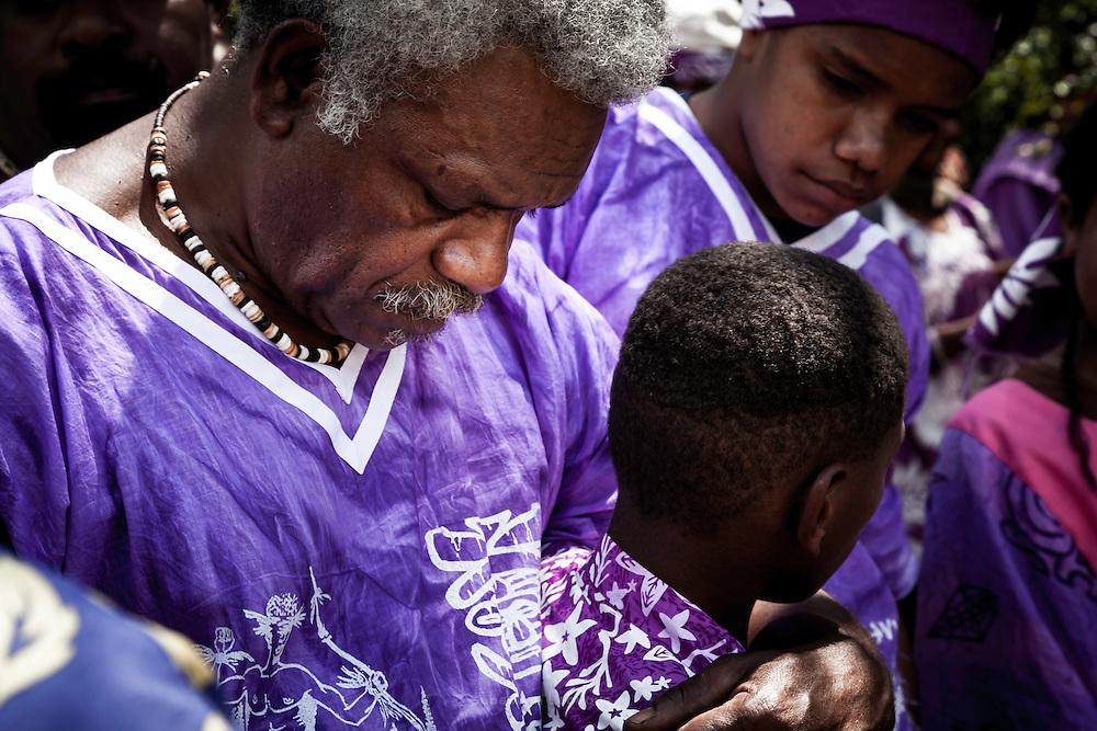 L'époux, Yvon Kona, dans une posture d'humilité lors de l'entrée de son clan dans le territoire du clan de la femme.  - Mariage Kanak  - Tribu de Méhoué, Canala – Nouvelle Calédonie – Septembre 2013