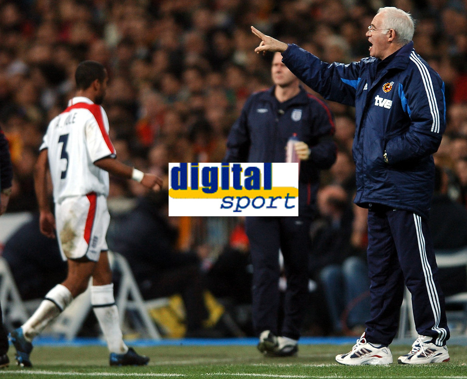 Fotball<br /> Privatlandskamp<br /> Spania v England<br /> 17. november 2004<br /> Foto: Digitalsport<br /> NORWAY ONLY<br /> Ashley Cole is substituted and trudges off past controversial spanish manager Luis Aragones