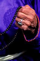 Mongolie, Province d'Arkhangai, Femme priant avec son chapelet // Mongolia, Arkhangai province, woman with buddhist rosary