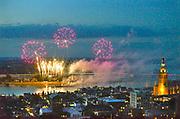 Nederland, Nijmegen, 15-7-2018Het traditionele vuurwerk tijdens de zomerfeesten van de 4daagse . De Waal in vlammen. Foto: Flip Franssen