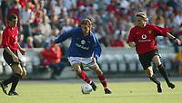 Football, 30. juli 2002, treningskamp Manchester United - Vålerenga 2-1. Tobias Grahn, Vålerenga, og Diego Forlan (t.h.) og Roy Keane (t.v.), Manchester United.