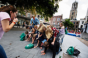De menselijke piramide van een groep studenten valt in elkaar. In Utrecht de introductiedagen, onder de noemer UIT, van start gegaan. Eerstejaars studenten maken onder begeleiding van ouderejaars kennis met elkaar en de stad waar ze gaan studeren<br /> <br /> In Utrecht new students meet each other and the city during the introduction week.
